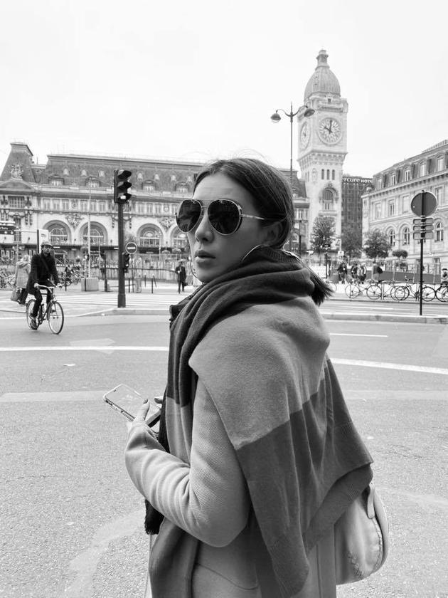 幼祯现在在巴黎做事。