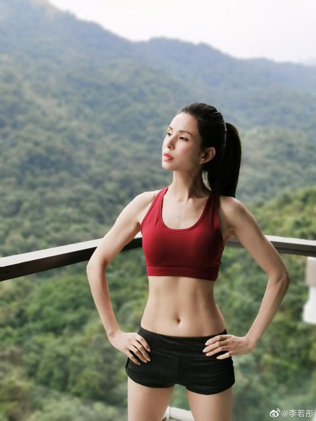 李若彤露马甲线秀健身成果  曲线超紧致