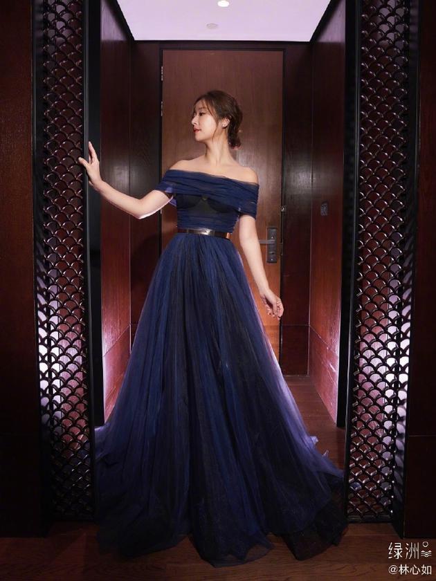 林心如晒蓝色透视纱裙美照 体态果然很重要!