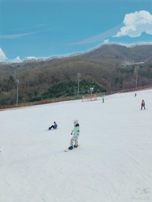 林允滑雪照