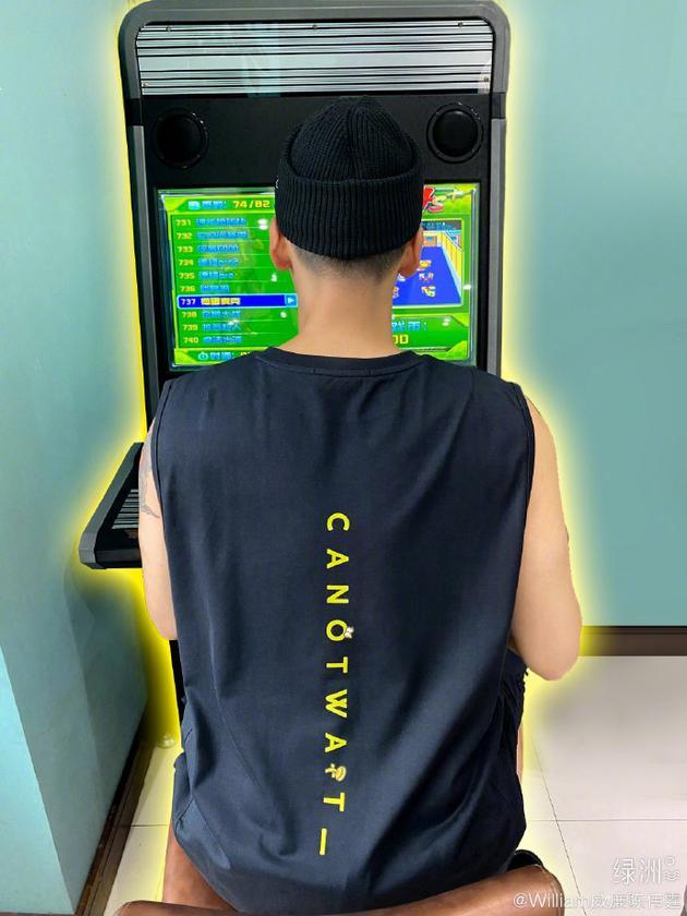 陈伟霆绿洲晒背影照 穿跨栏背心专注打游戏显童趣
