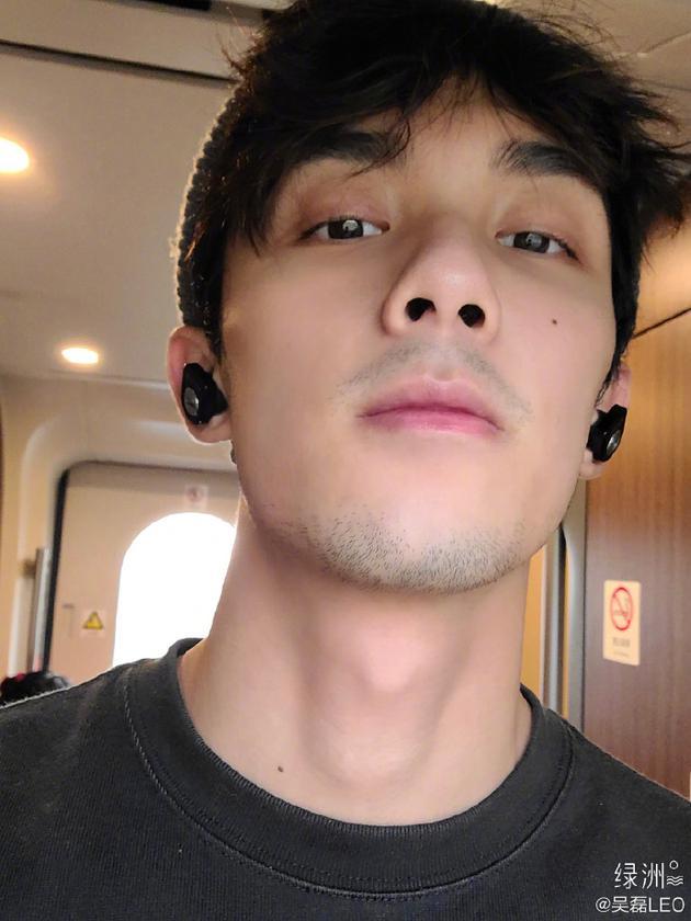吴磊绿洲在线求帮修胡子 满脸胡茬显熟男魅力