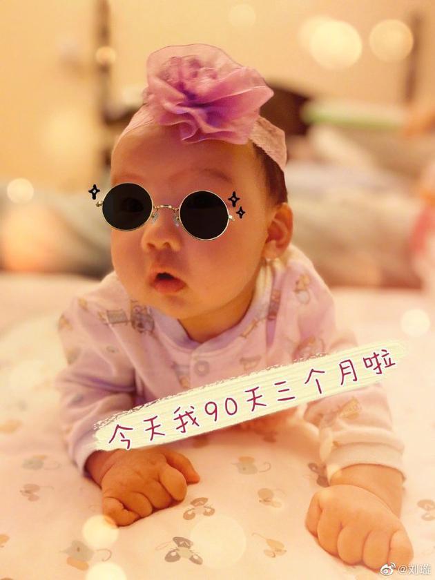 刘璇晒女儿满三月照片 戴哥哥做的头花呆萌可爱
