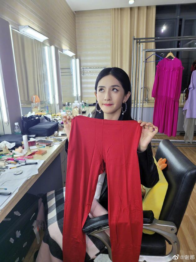 满脸写着嫌弃 谢娜收到王耀庆寄来的红秋裤
