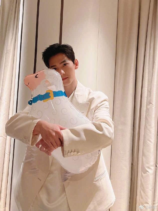 杨洋抱小羊气球歪头杀 夸粉丝应援物有点可爱