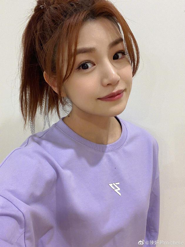 陈妍希晒照为自己打气:焦虑都是来自于自身的不足