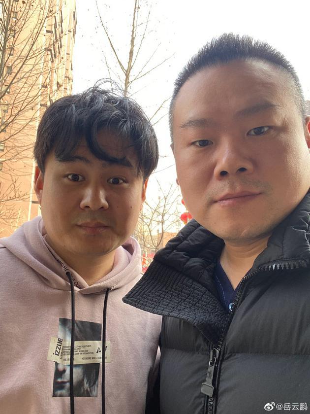 """岳云鹏晒与李筱奎合影 称""""带着外甥来理发"""""""