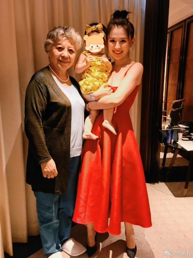 热依扎和妈妈、女儿合影