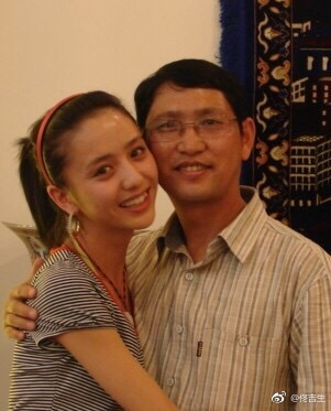 佟丽娅与父亲合影