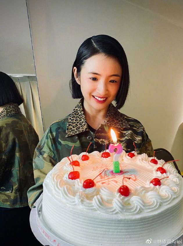 林依晨手捧蛋糕笑容灿烂