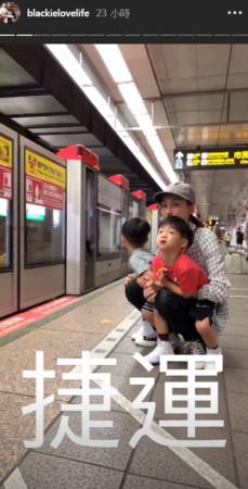 范玮琪带儿子搭地铁没座位 抱双胞胎蹲地上超亲昵