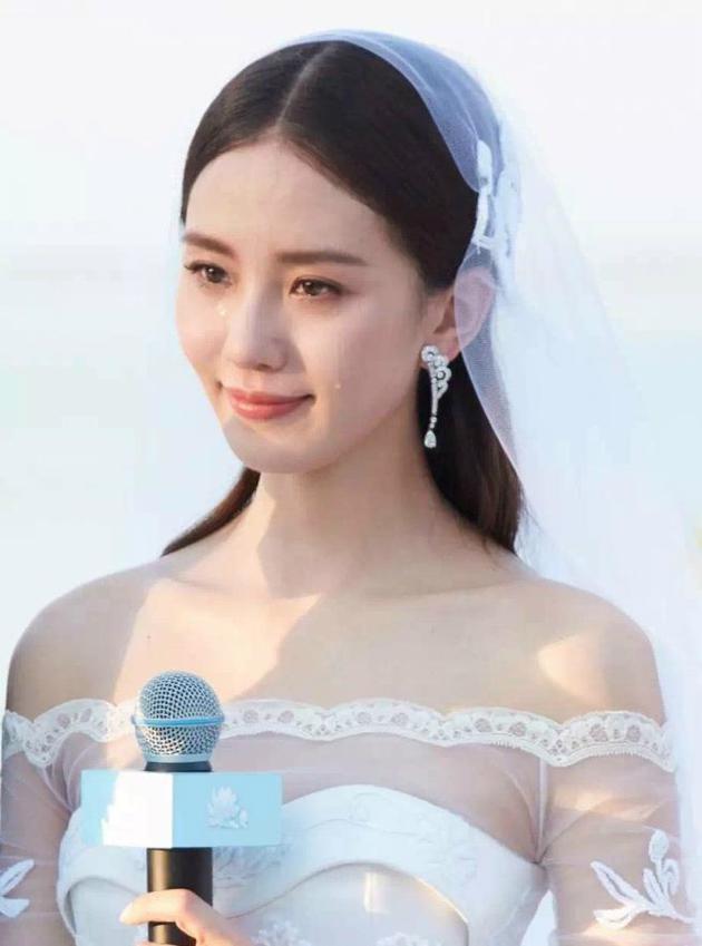 刘诗诗婚礼现场感动流泪