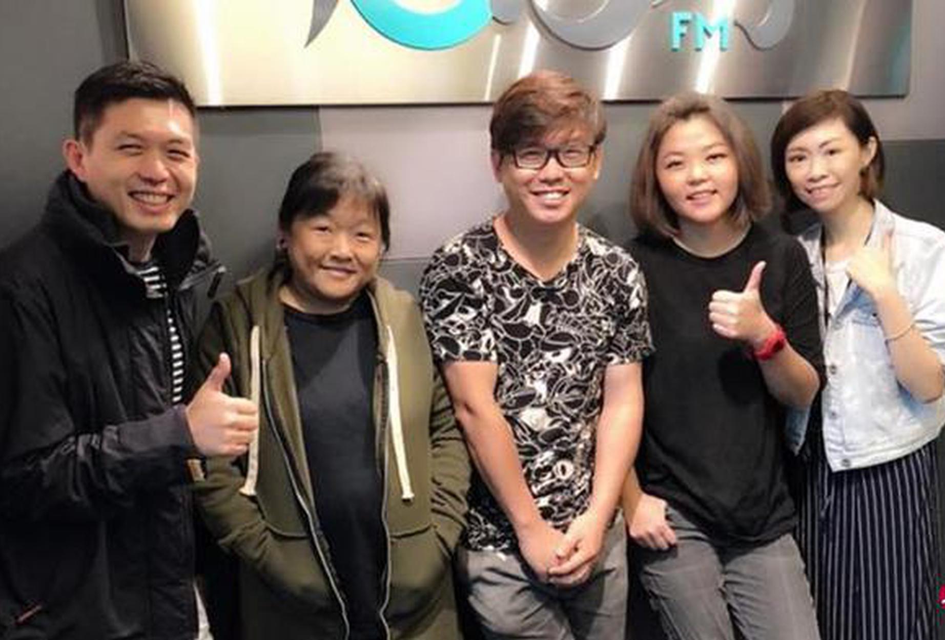 """""""闲杂人等""""唐玉璇(左二起)、王志文和黄绣惠到电台96.3好FM接受国贤(左一)和丽仪(右一)访问。"""