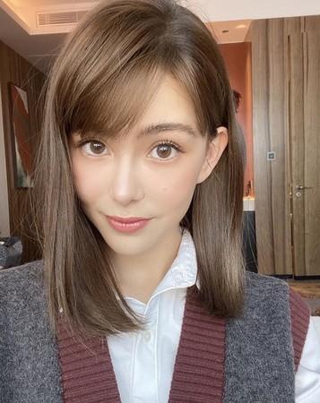 昆凌最新发型被盛赞像高中学生 网友:很短、真美、女高中生