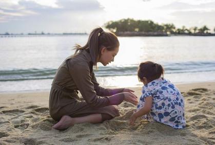 昆凌陪女儿沙滩玩耍尽显温馨 小周周背影软萌可爱