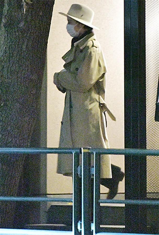 长泽雅美戴着口罩以防被路人认出。