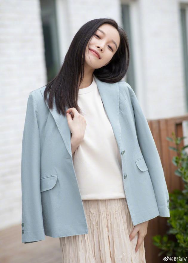新故事客栈倪妮分享春日奶茶系look 蓝