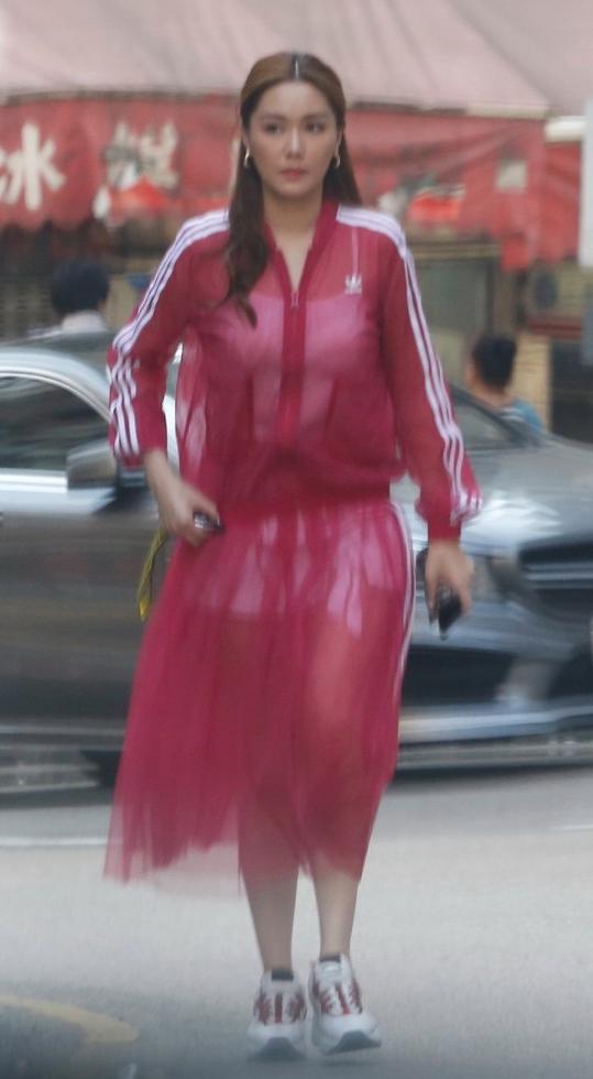 汤洛雯被拍到穿着白色吊带背心与白色短裤,搭配红色纱裙出街