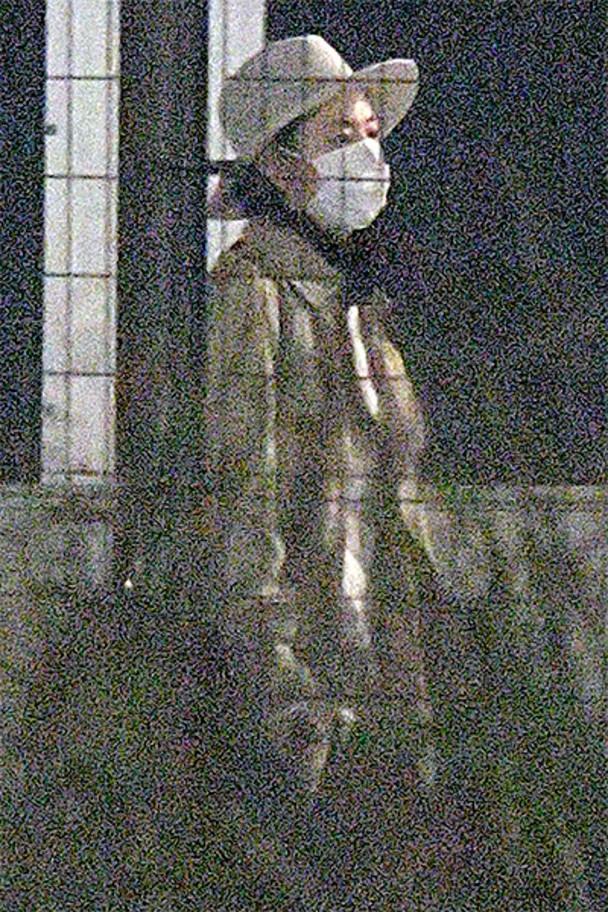 长泽雅美被拍到吃完夜宵后独自回家。