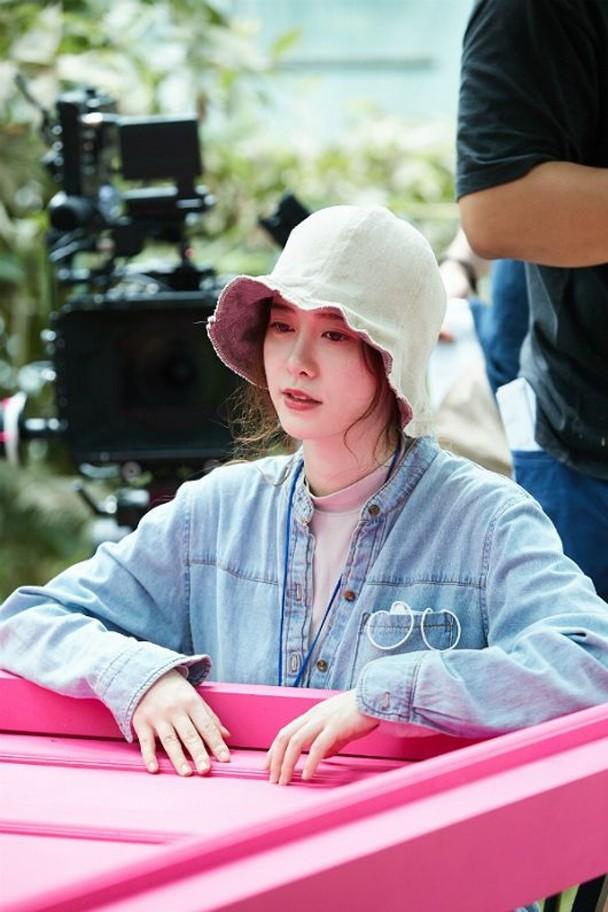 具惠善曾公开执导片《Mystery Pink》现场花絮照。