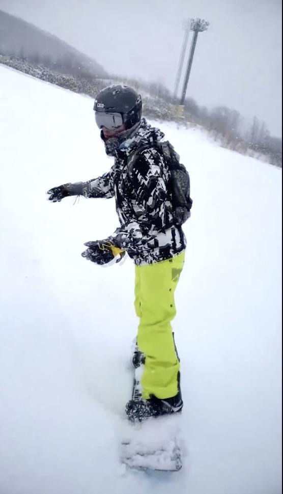 林峰滑雪时