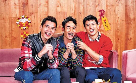 右首:关智斌、杨天宇及陈家笑向行家送上新年祈福