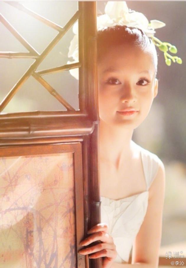 李沁绿洲晒旧照纪念开博十年 身穿吊带白裙头戴