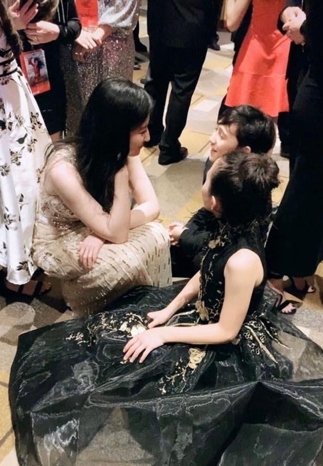 暖心大姐姐!刘亦菲首映蹲地上与小朋友聊天