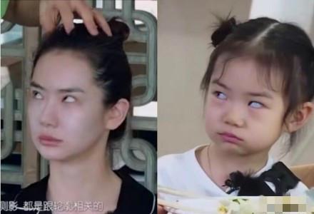 戚薇与女儿的同款表情