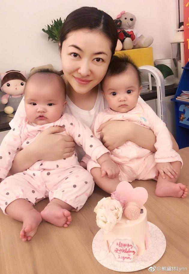 熊黛林抱着两个女儿