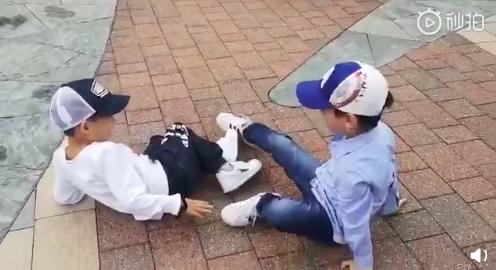二人摔在地上