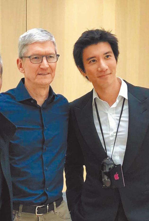 王力宏(右)推出APP,苹果电脑CEO提姆库克协助迅速上架。