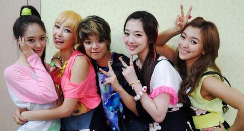 女人励��f�x�_原f(x)成员amber抵达韩国 衣服上的数字令人心碎