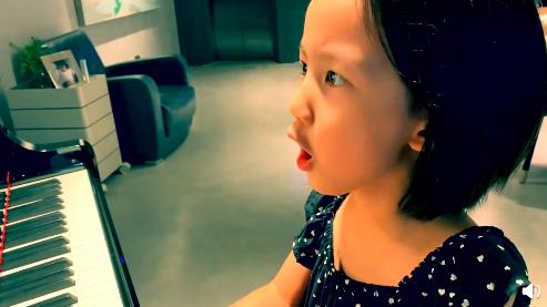 黄磊小女儿弹唱咏叹调 表情过于专注严肃又好笑