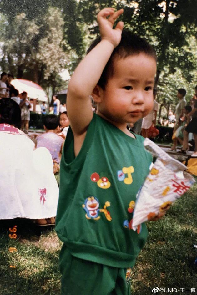 王一博晒童年照