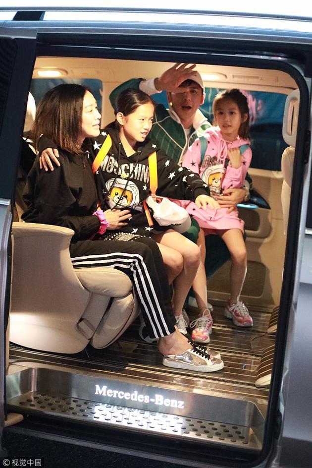 钟丽缇与张伦硕有两个女儿,她与前夫还有个大女儿