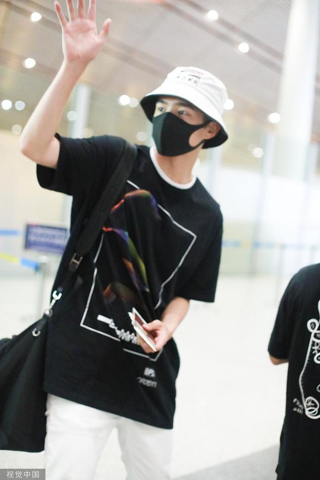 刘昊然14日晚在。始都国际机场