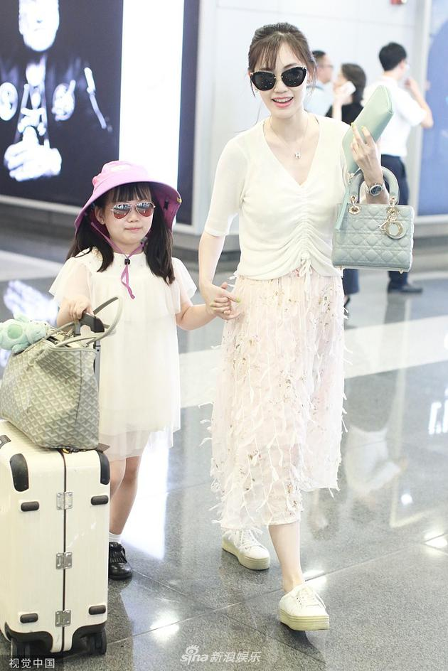 马蓉带女儿亮相机场星味十足