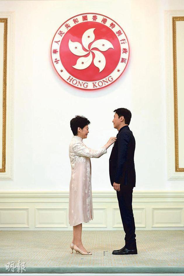 特首林鄭月娥(左)頒銀紫荊星章給黎明(右),表揚他熱心公益。
