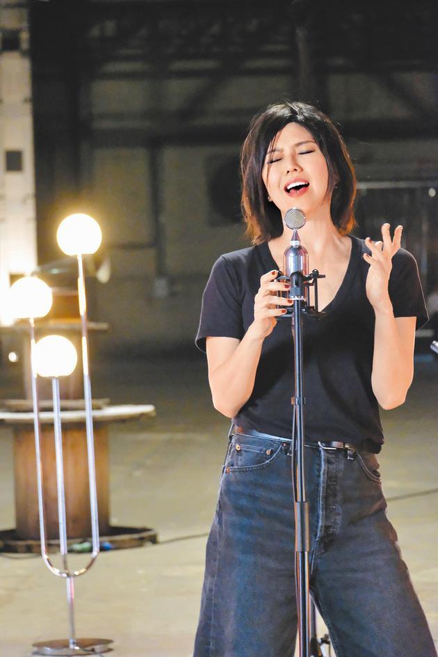 孙燕姿前晚举办线上音乐会,演出现场特别选择在50年前,她父亲当学徒的地方。