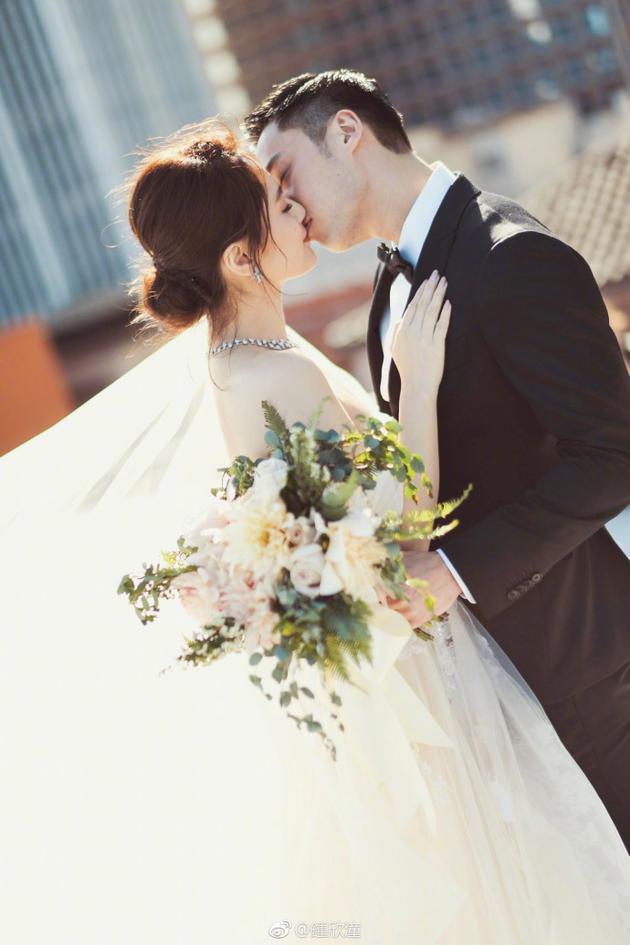阿娇和老公拥吻