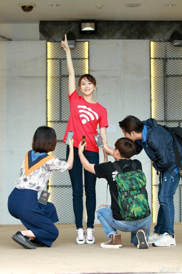 胡静穿红色WIFI信号服 工作人员拿手机围着她