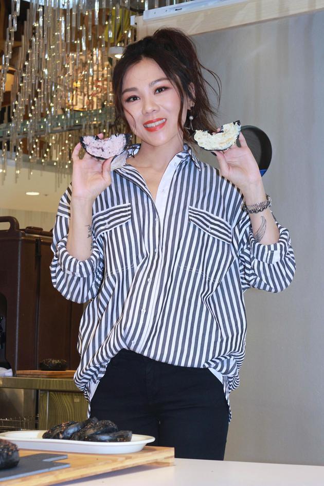 蔡健雅示范贝果新吃法