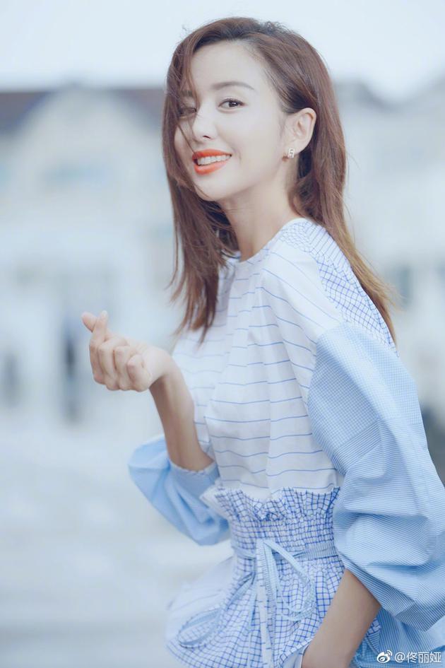 佟丽娅对镜头比心上演侧颜杀 柔美甜笑气质动人