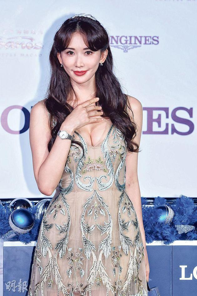 林志玲昨天(11月15日)前往澳门主持圣诞亮灯仪式,一身性感打扮秀出骄人身材。