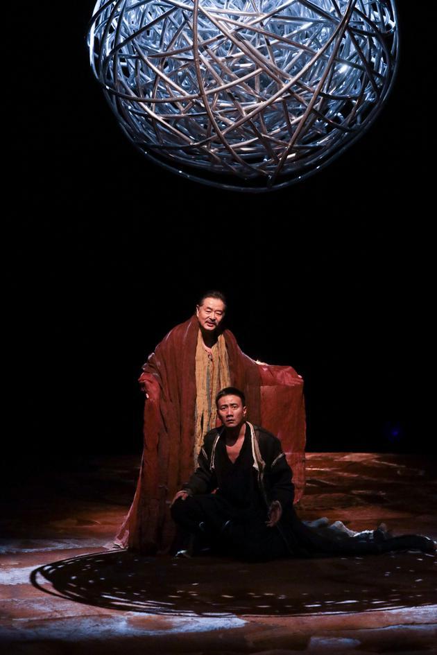 濮存昕胡军主演的《哈姆雷特》剧照。