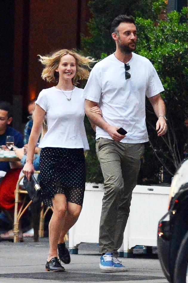 好莱坞女星大表姐确认已和男友订婚 大钻戒超亮眼|好莱坞女星|大表姐|詹妮弗-劳伦斯_新浪娱乐_新浪网