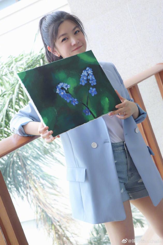 陈妍希拿着勿忘我的画作