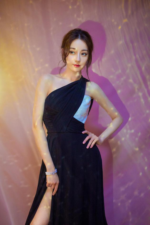 迪丽热巴穿着一袭黑色连身裙参加电影发布会