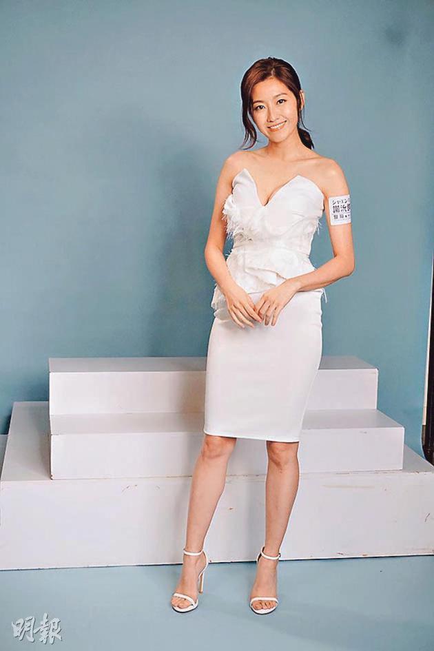 陈自瑶接受丰胸疗程后,穿着低胸裙展示32 C身材